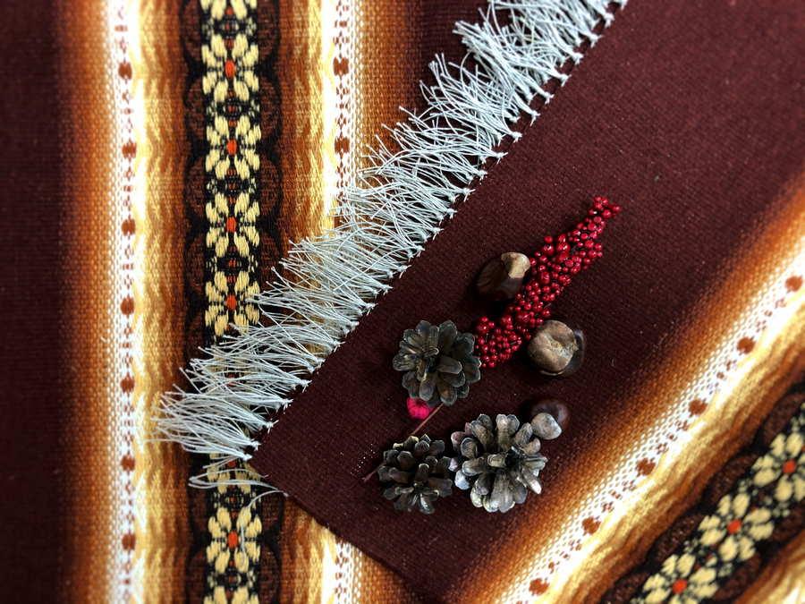 Tautiskā sega zārkam ar bārkstīm, bordo ar bēšu ornamentu