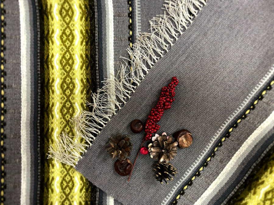 Tautiskā sega zārkam ar bārkstīm, pelēka ar dzeltenu ornamentu