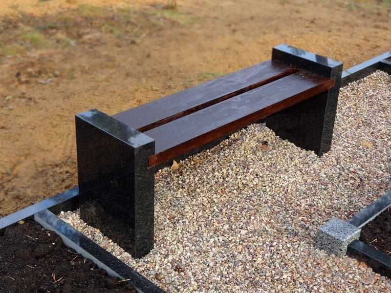 - Granīta soliņš ar koka sēdekli