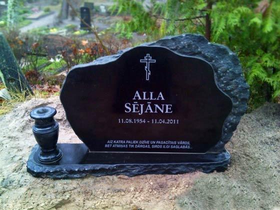 Kalts granīta piemineklis ar granīta vāzi